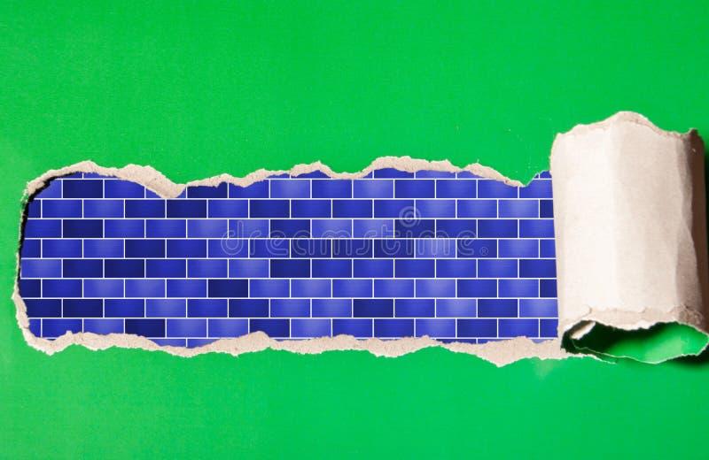 Poszarpany pasek zielony papier z błękitnym brickwork obraz stock
