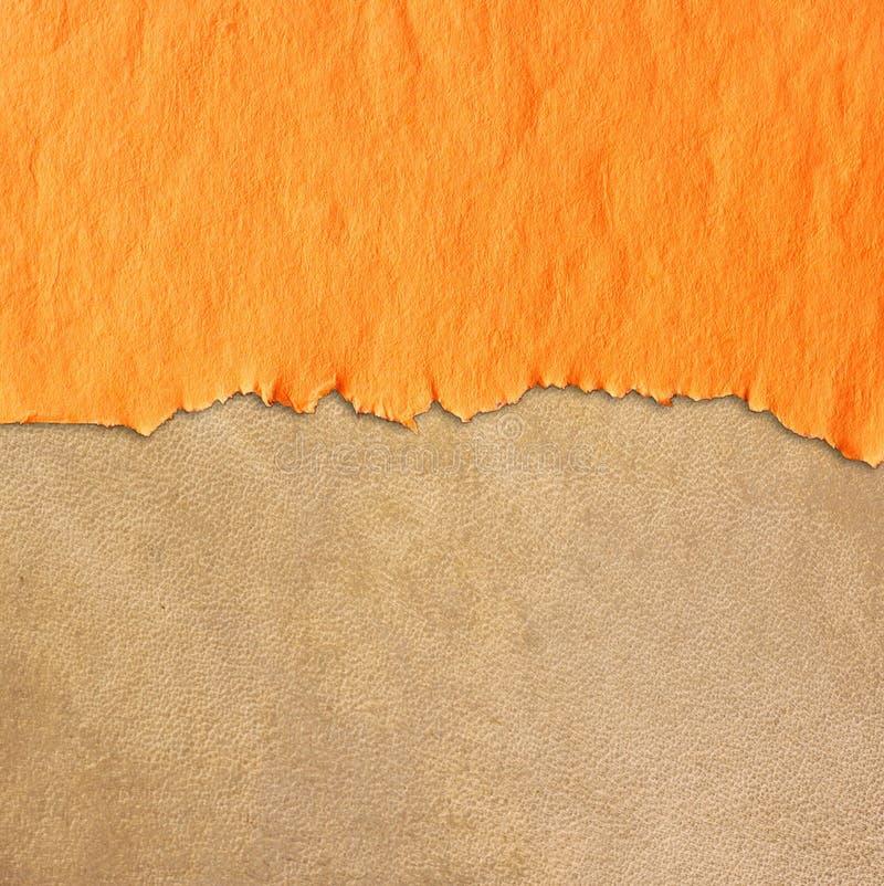 Poszarpany rocznika papier nad skóra textured tłem royalty ilustracja
