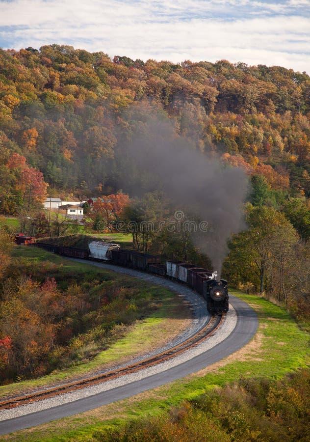 Potências do trem do vapor ao longo da estrada de ferro fotos de stock royalty free