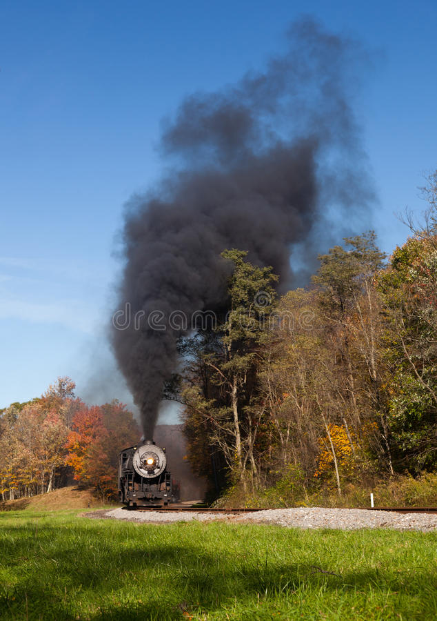 Potências do trem do vapor ao longo da estrada de ferro foto de stock
