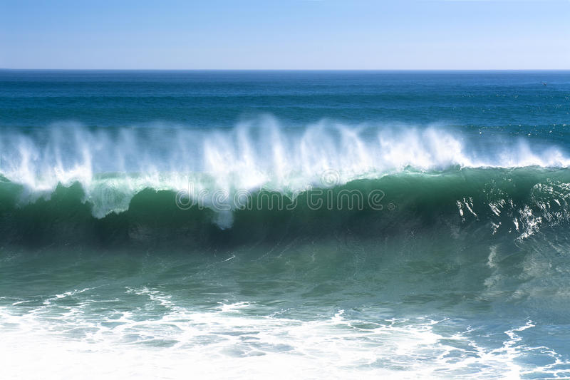 Potężna fala wzdłuż plaży zdjęcia stock