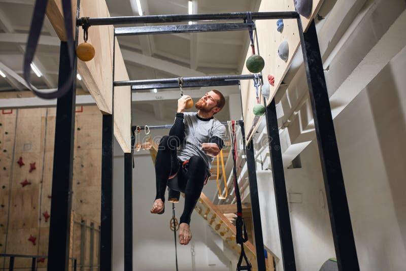 Potężny mężczyzna z fizycznego kalectwa spełniania ciągnieniem w górę ćwiczenia na jeden ręce zdjęcia royalty free