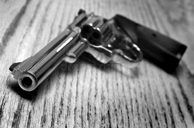 Potężny pistolecik na Starym drewnie zdjęcie stock