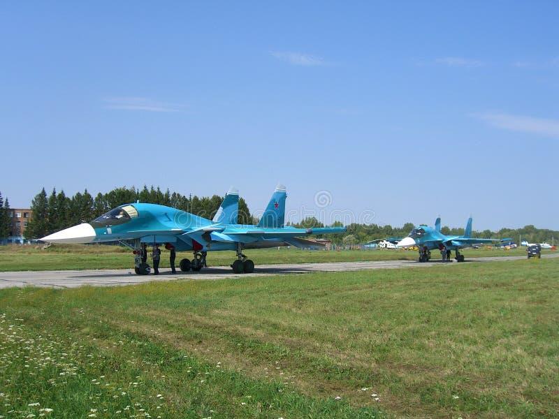 Potężny Rosyjski militarny myśliwa odrzutowego samolot na pasie startowym SU-34 zdjęcia stock