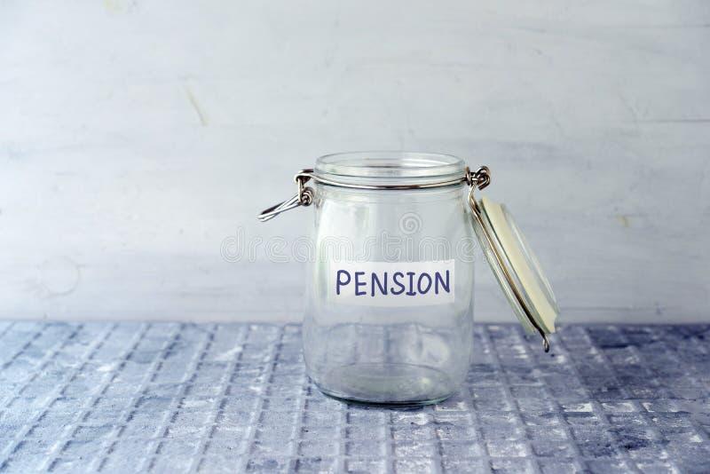Pot économisant avec des pièces de monnaie image libre de droits