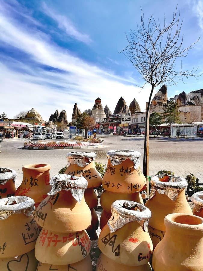 Pot& x27 κομμάτια του s στο μικρό καφέ σε Cappadocia, Τουρκία στοκ φωτογραφίες