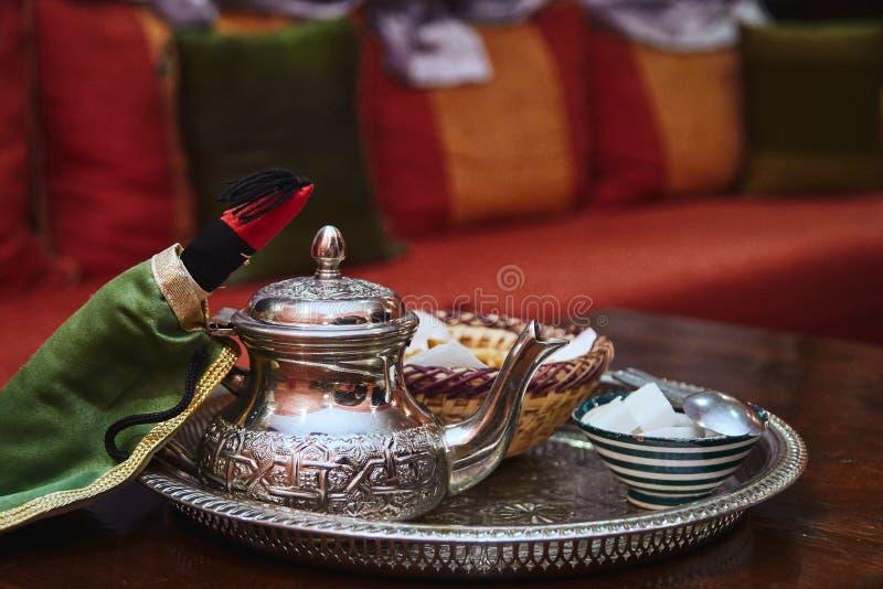Pot argenté marocain traditionnel de thé photographie stock