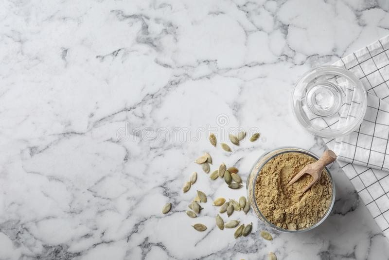 Pot avec de la farine et des graines de potiron photos libres de droits