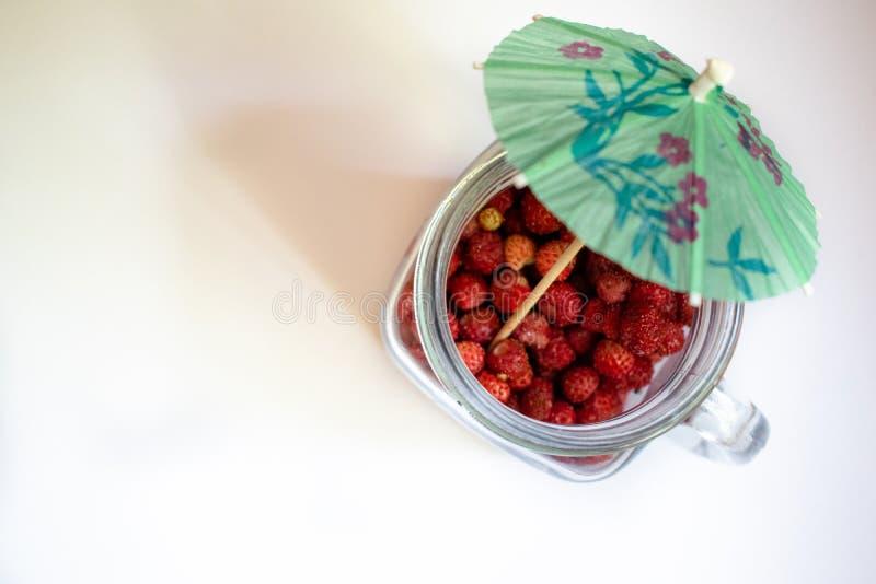 Pot avec des fraises sur un fond blanc 4 photographie stock libre de droits