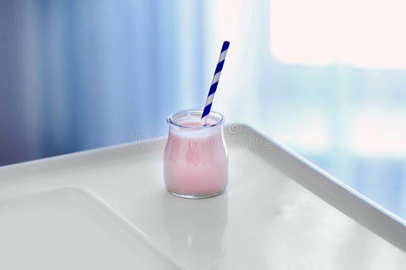 Pot avec du yaourt savoureux sur le highchair image stock