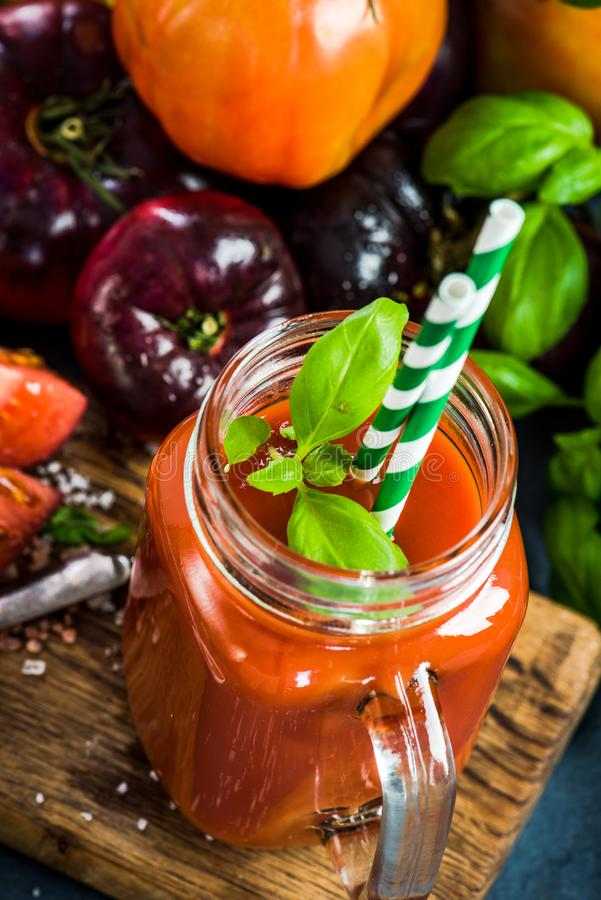 Pot avec le jus de tomates fait maison frais images stock