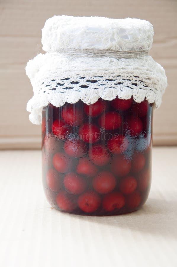 Pot avec les cerises, photos stock