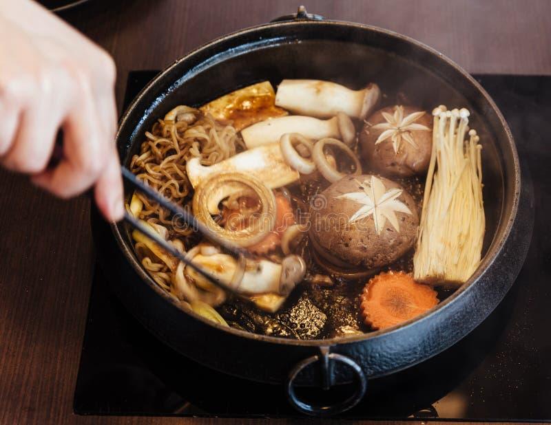 Pot chaud de Sukiyaki avec les légumes de ébullition comprenant le chou, la nouille konjac, l'oignon, la carotte, le shiitaké, l' images libres de droits