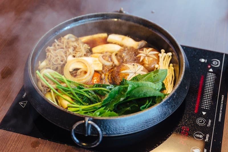 Pot chaud de Sukiyaki avec les légumes de ébullition comprenant le chou, la nouille konjac, l'oignon, la carotte, le shiitaké, l' image libre de droits