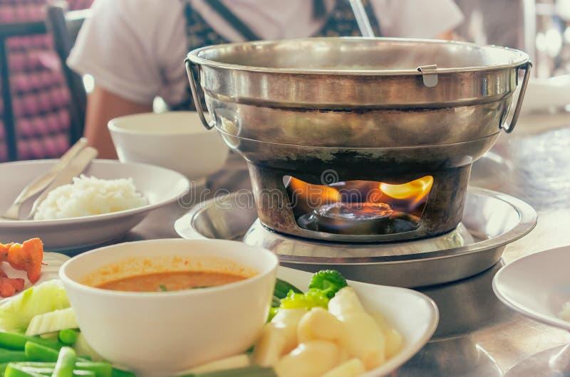 Pot chaud en métal asiatique de style avec la flamme dessous photos stock