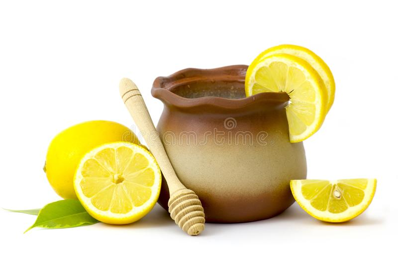 Pot d'argile avec du miel et les citrons frais photographie stock
