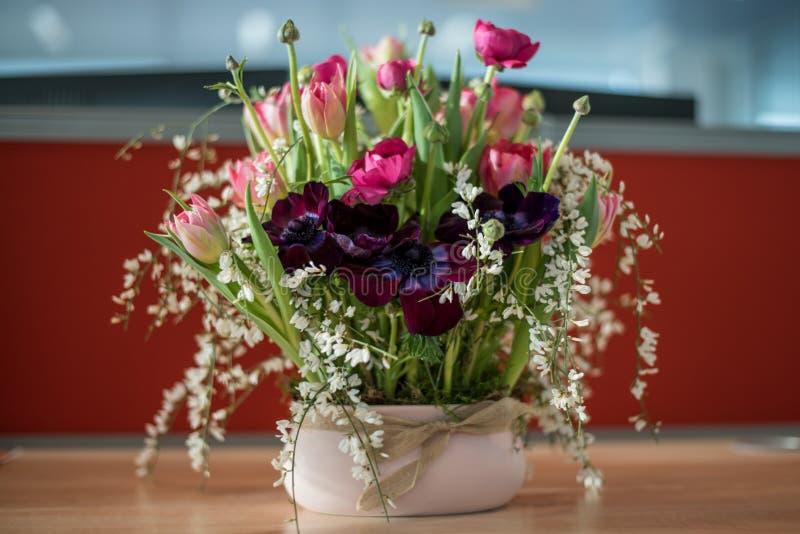 Pot d'arrangement floral sur une table photo stock