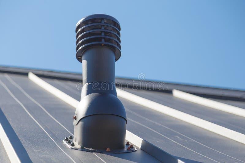 Pot d'?chappement sur le toit priv? de maison photo libre de droits