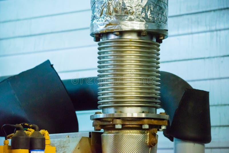 Pot d'?chappement tubulaire flexible Compensateur d'échappement de moteur sur le tuyau photos libres de droits