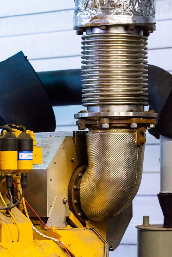 Pot d'?chappement tubulaire flexible Compensateur d'échappement de moteur sur le tuyau image libre de droits