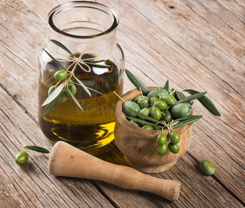 pot d 39 huile d 39 olive avec la branche d 39 olivier dans un mortier image stock image du rustique. Black Bedroom Furniture Sets. Home Design Ideas