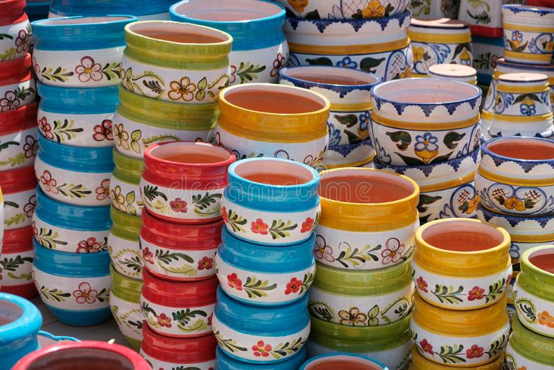 Pot d'usine - pots en céramique colorés d'usine à vendre images libres de droits