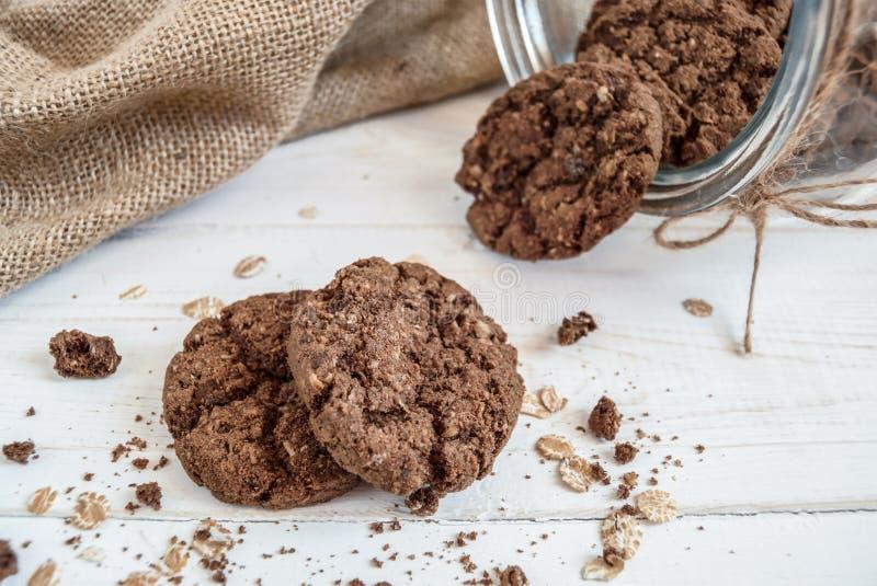 Pot de biscuits sur un fond clair images libres de droits