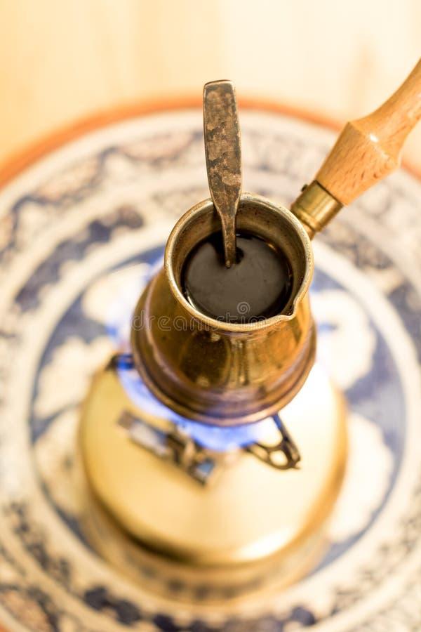 Pot de café turc sur le fourneau portatif photographie stock