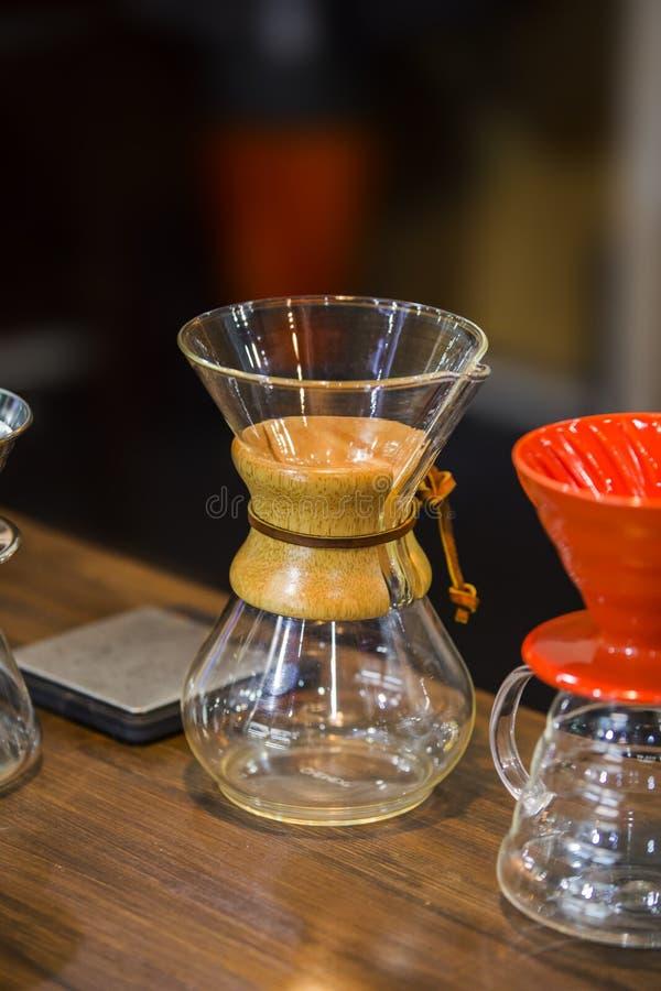Pot de Chemex Équipement de café, flacon en verre pour le café de brassage photographie stock libre de droits