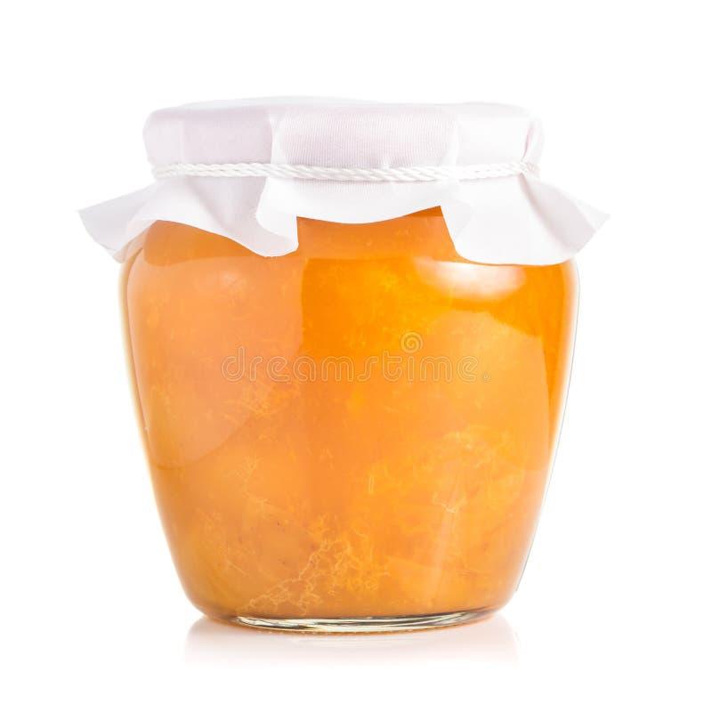 Pot de confiture d'abricot ou de pêche d'isolement sur le fond blanc photo libre de droits