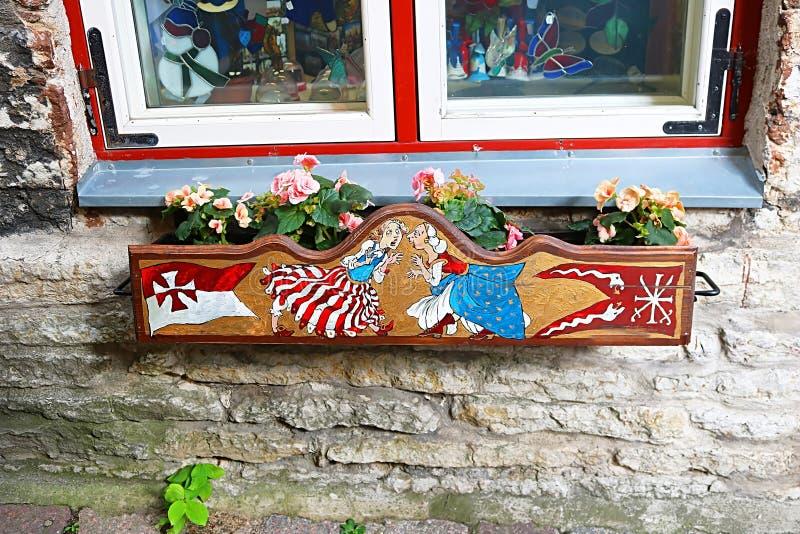 Pot de fleur avec des fleurs sur la rue de Verine, Tallinn, Estonie image stock