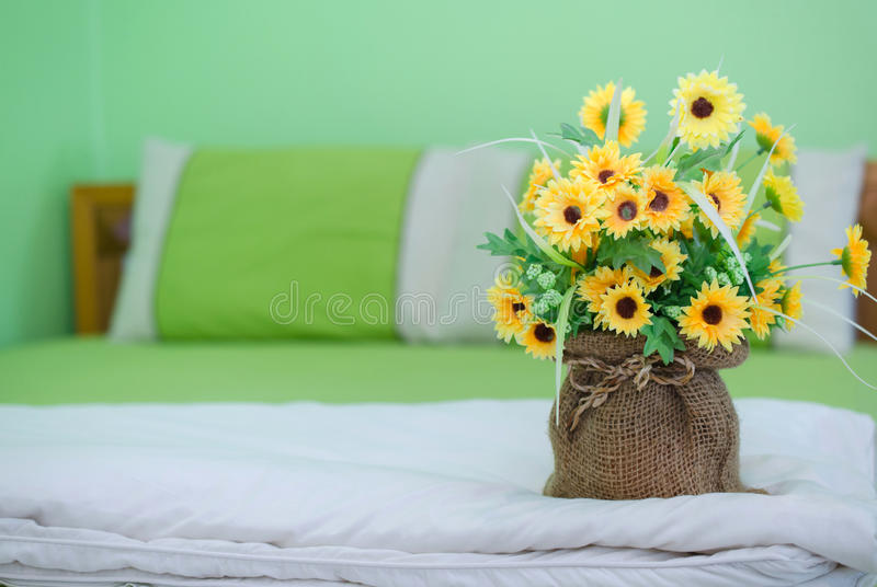 pot de fleur décoré dans la chambre à coucher photo libre de droits