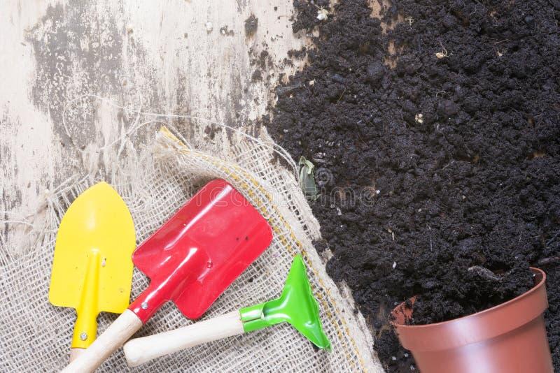 Pot de fleur et outils de jardinage retournés photographie stock libre de droits