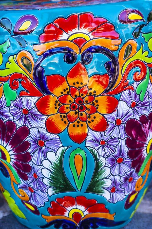 Pot de fleurs bleu orange en céramique coloré Dolores Hidalgo Mexico photos stock