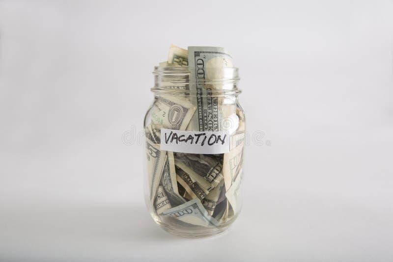 Pot de maçon avec l'argent pour des vacances images stock