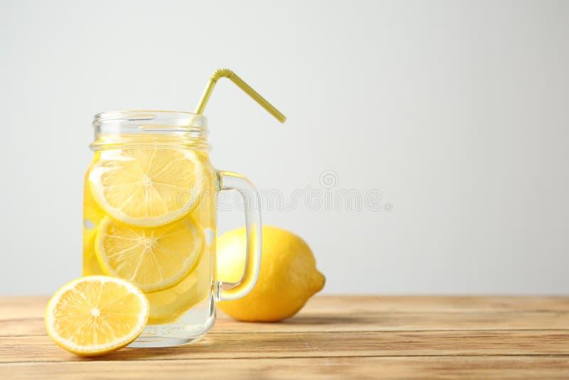 Pot de maçon avec l'eau et le fruit frais de citron image libre de droits