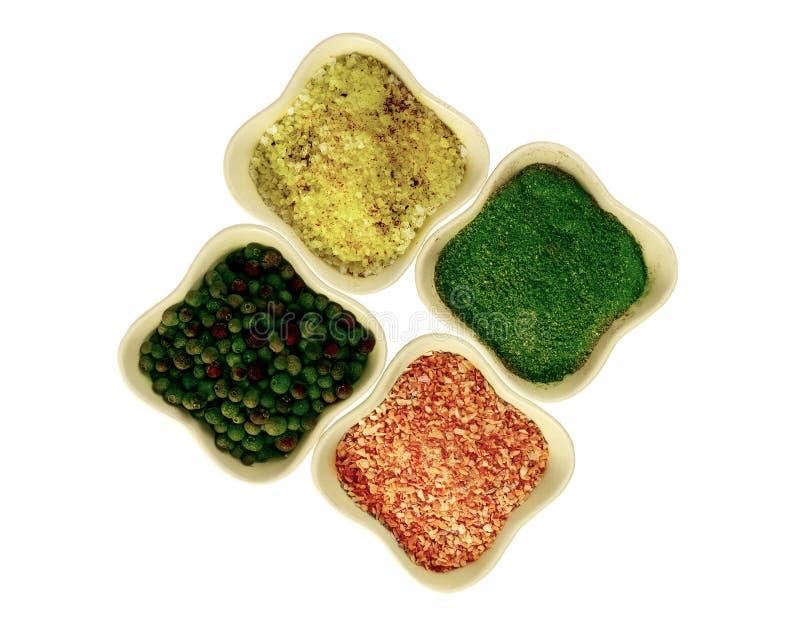 Pot de poivron vert d'épices avec du sel et les épices ail et aneth sur le fond blanc photo stock