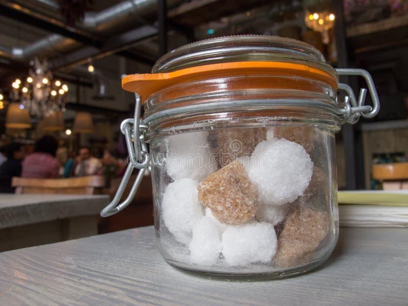 Pot de sucre sur la table photographie stock