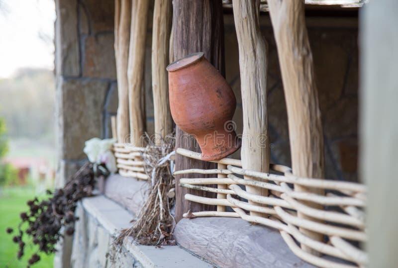 Pot de terre de broc d'argile sur la barrière en bois photos stock