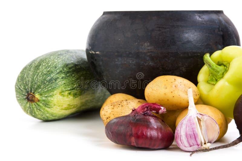 POT del ghisa con le verdure immagine stock