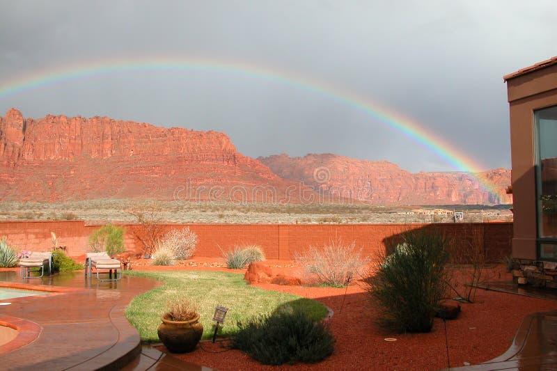 POT del Rainbow del cortile di oro immagine stock libera da diritti