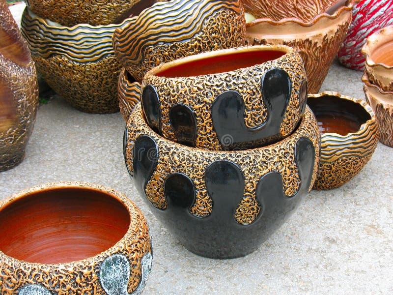 POT di ceramica del reticolo dell'argilla di Ornated in un workshop fotografie stock libere da diritti