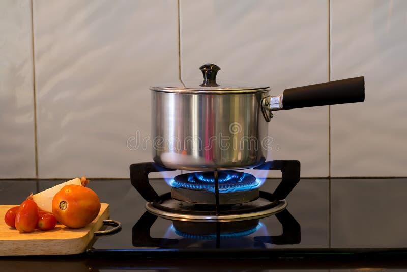 Pot en métal sur la cuisinière à gaz de flamme pour la soupe à eau bouillante, photos stock