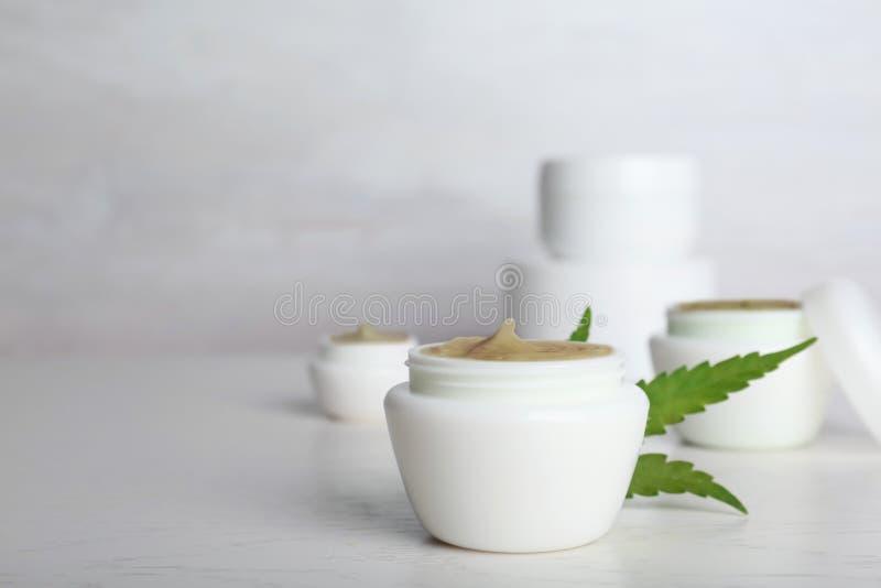 Pot en plastique avec la lotion de chanvre images libres de droits