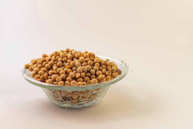 Pot en verre avec des graines de soja Légumineuses à traiter soja photos libres de droits