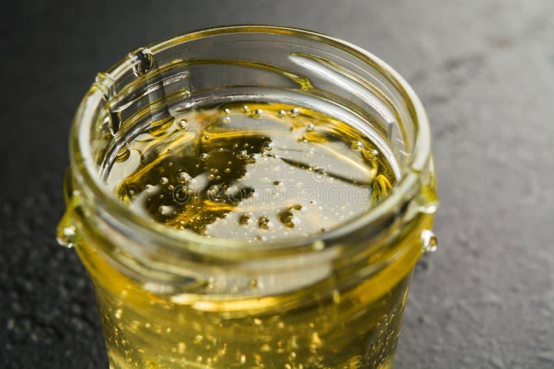 Pot en verre avec du miel doux léger de fleur Vue de plan rapproch? Macro Foyer s?lectif image libre de droits