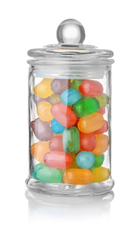 Pot en verre complètement de bonbons durs colorés photos stock