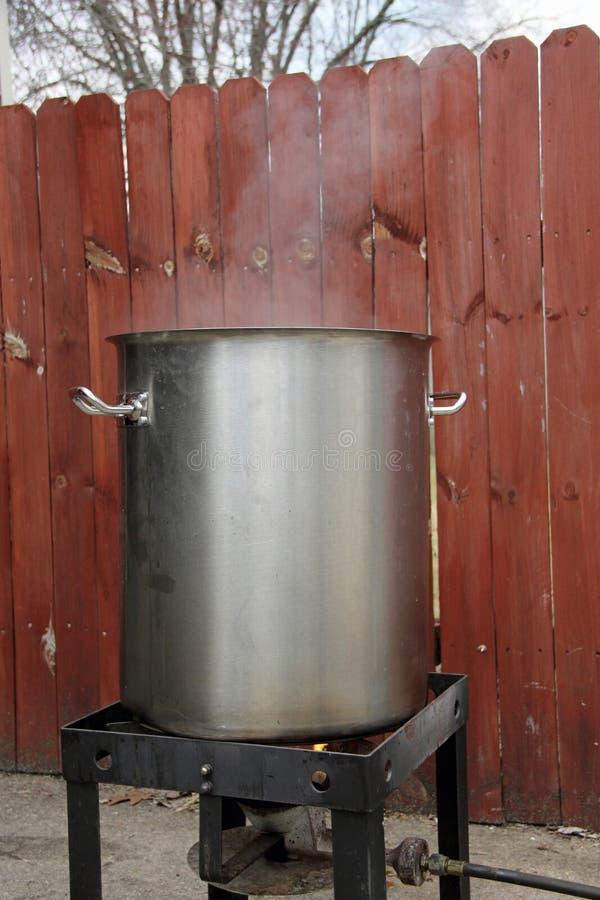 Pot et brûleur de brassage tandis que le moût bout images libres de droits