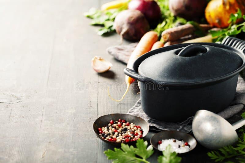 Pot et légumes de fonte photo libre de droits