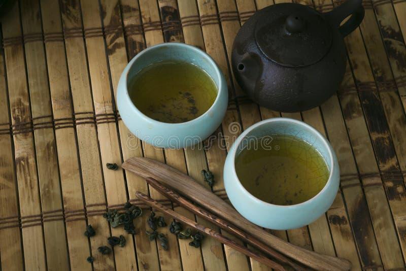Pot et tasses de thé sur la table en bois photo libre de droits